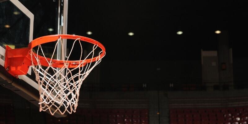¿Pueden realmente encajar dos pelotas de baloncesto?